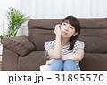 悩む女性 31895570
