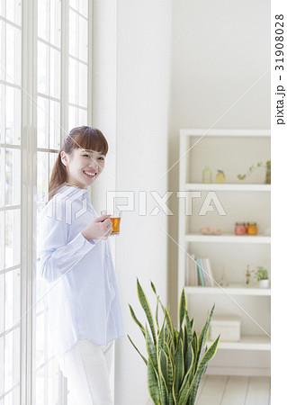 飲み物が入ったカップを持つ女性の写真素材 [31908028] - PIXTA
