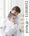 赤ちゃんを抱っこする母親 31908052