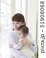 赤ちゃんを抱っこする母親 31908068