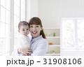 赤ちゃんを抱っこする母親 31908106