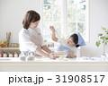 キッチンで調理する親子 31908517