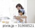キッチンに立つ親子 31908521