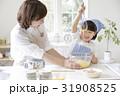 キッチンで調理する親子 31908525