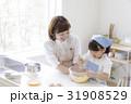 キッチンで調理する親子 31908529