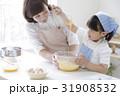 キッチンで調理する親子 31908532