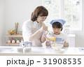 キッチンで調理する親子 31908535