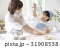キッチンで調理する親子 31908538