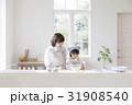 キッチンで調理する親子 31908540
