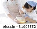 キッチンで調理する親子 31908552