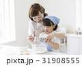 キッチンに立つ親子 31908555