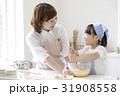 キッチンで調理する親子 31908558
