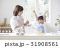 キッチンに立つ親子 31908561