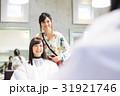 若い女性美容師と女性客 31921746