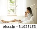 自室でリラックスする女性 女性 31923153