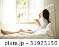 自室でリラックスする女性 女性 31923156
