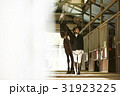 乗馬クラブ 馬と女性 31923225