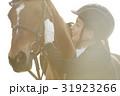 乗馬クラブ 馬と女性 スキンシップ 31923266