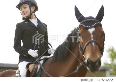乗馬する女性 31923272