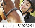 乗馬クラブ 馬と女性 スキンシップ 31923291