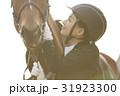 乗馬クラブ 馬と女性 スキンシップ 31923300