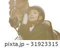 乗馬クラブ 馬と女性 スキンシップ 31923315