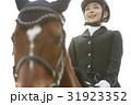 乗馬する女性 31923352