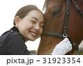 乗馬クラブ 馬と女性 スキンシップ 31923354