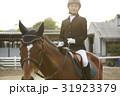 乗馬する女性 31923379