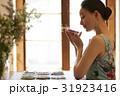 お茶を楽しむ女性 31923416
