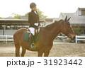 乗馬する女性 31923442