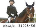 乗馬する女性 31923456