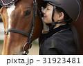 乗馬クラブ 馬と女性 スキンシップ 31923481