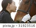 乗馬クラブ 馬と女性 スキンシップ 31923516
