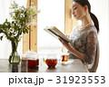 ティータイム 読書する女性 31923553