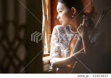 バイオリンと女性 31923637