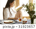ティータイム 読書する女性 31923657