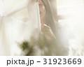 女性 陽射し 窓辺の写真 31923669