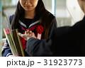 卒業式 第二ボタンをもらう女の子 31923773