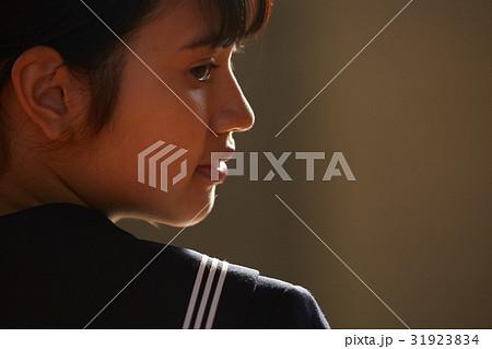 体育館 放課後 女子生徒 ポートレート 31923834