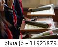 卒業生 机の上の卒業証書と花束 31923879
