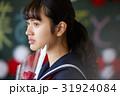 卒業 教室 涙する女子 ポートレート 31924084
