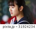 卒業 教室 涙する女子 ポートレート 31924234