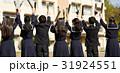 校庭 卒業生たち 31924551