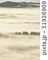 朝日に染まる霧 31926909