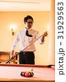 ビリヤード 男性 ビジネスマンの写真 31929563