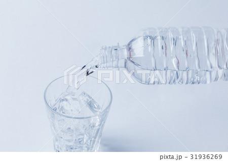 水 グラス ガラスコップ 注ぐ ペットボトルの写真素材 [31936269] - PIXTA
