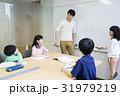 授業 先生 小学生の写真 31979219