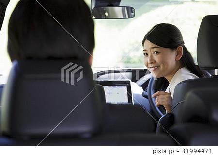 ビジネス 運転手 ドライバー 秘書 社長 女性 役員 車 車内 移動 ビジネスマン 31994471