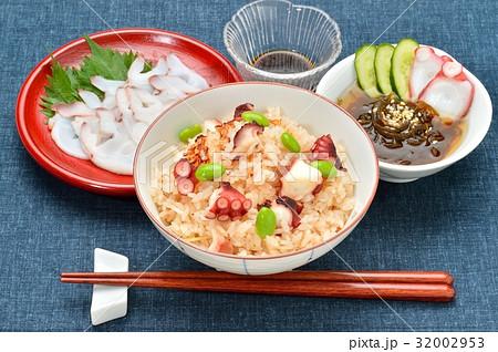 タコ飯、たこ飯。炊き込みご飯。北海生たこ(ミズダコ)のお刺身と、もずく酢にタコを添えて。 32002953